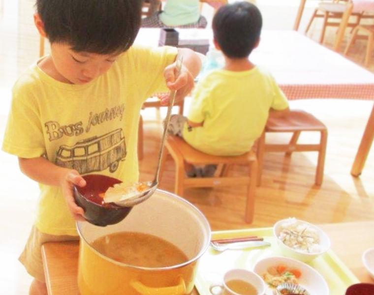 ビュッフェ形式の茶々のランチの様子。手作りの温かい料理を、思い思いに楽しむ子どもたち