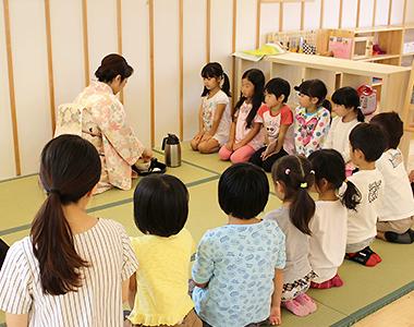 レイモンド庄中保育園で行われた茶道教室の様子。日本の伝統文化を学ぶことで、グローバル化した社会に生き抜く力を得てほしいとの願いからはじめられた。